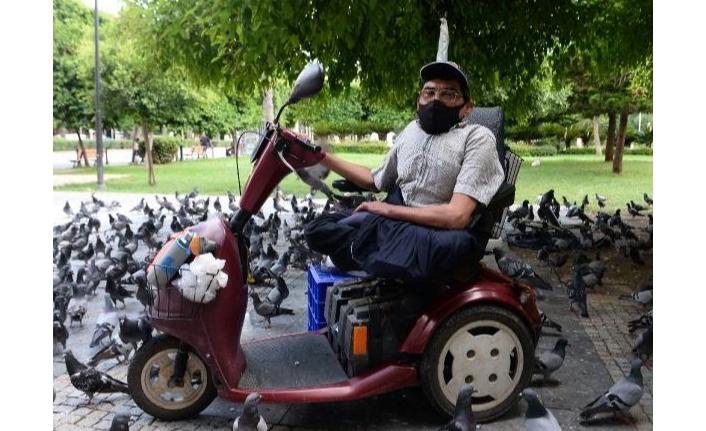 Engelli baba, 35 yıldır kuş yemi satarak 3 kızının eğitimini karşıladı