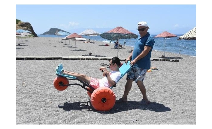Engelli ve yaşlılar sahil yürüteciyle kumsalın tadını çıkaracak