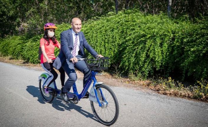 Tunç Soyer görme engelli takım arkadaşıyla tandem bisiklet kullandı