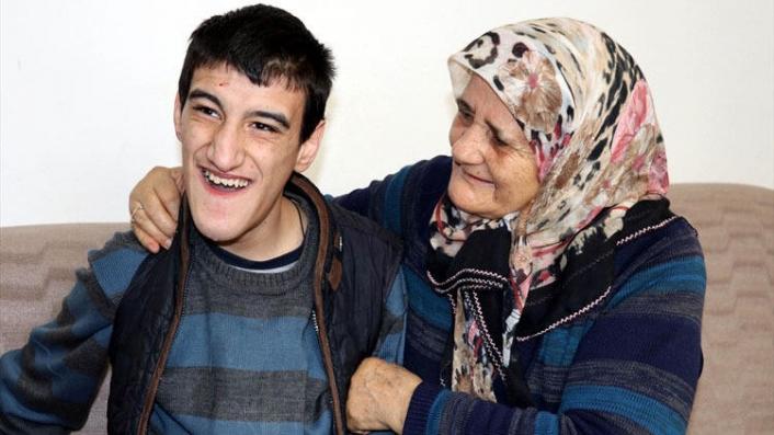 Zihinsel ve bedensel engelli oğluna hem analık hem babalık yapıyor