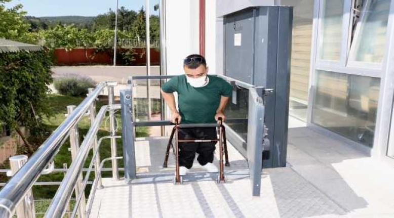 7 yılda 5 ameliyat geçirdi, önce yürümeyi sonra araç kullanmayı öğrendi