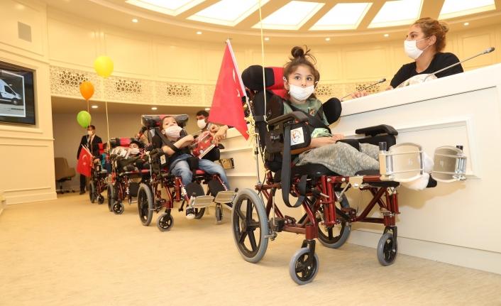 Başkan Şahin'den Serebral Palsili çocuklara özel tertibatlı tekerlekli sandalye