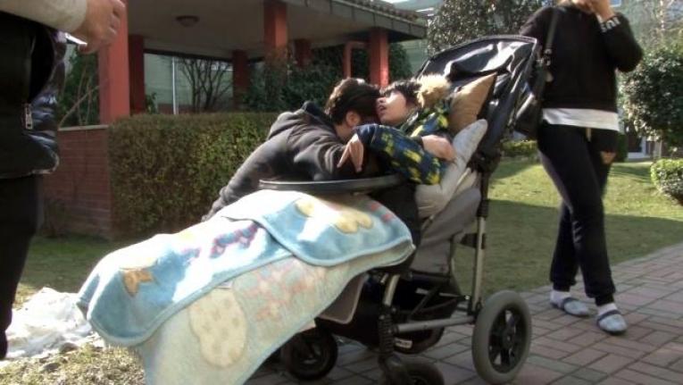 Evinde çıkan yangından sonra Çılgın Sedat engelli çocuğuna sarılıp ağladı