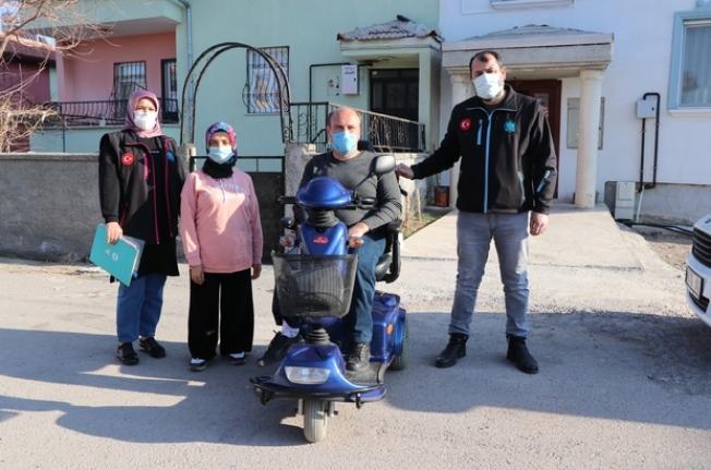 Başkanı Dinçer'den engelli vatandaşa akülü araç sürprizi