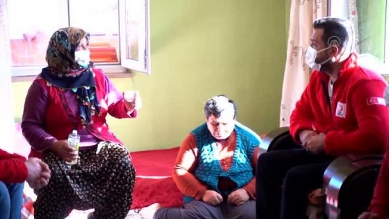 Doğuştan engelli 3 çocuğuna fedakarca bakan anneye Türk Kızılay'dan destek
