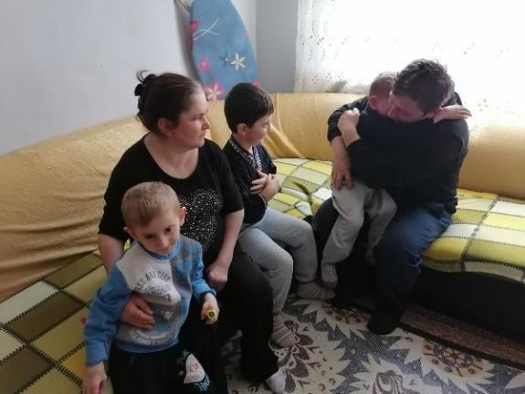 Samsun da görme engelli eşine ve 3 çocuğuna bakan vefalı baba...