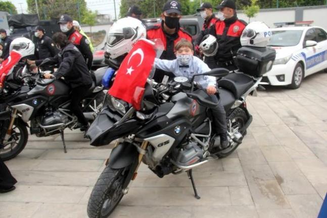 Engelli gençlerden polise Atatürk resmi ve şiir sürprizi