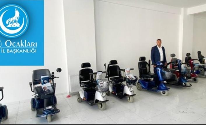 Kars Ülkü Ocakları engelli vatandaşlarımıza akülü araba hediye etti