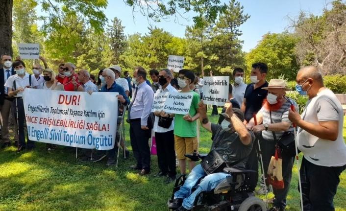 Ulaşımda erişilebilirliği  3 yıl daha erteleyecek torba yasa tasarısı protesto edildi
