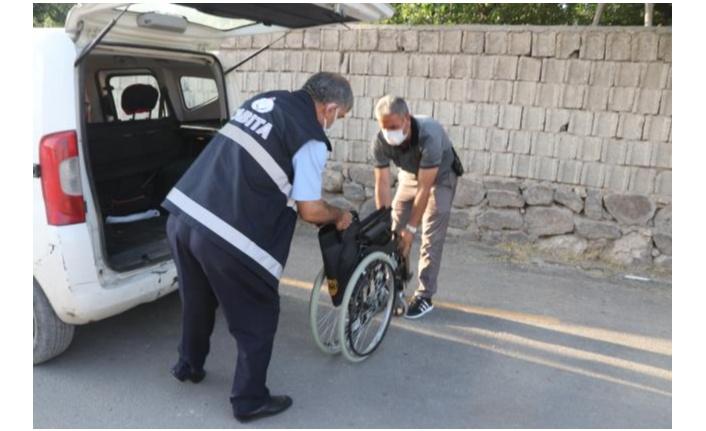 Erciş'te engelli vatandaşa tekerlekli sandalye hediye edildi