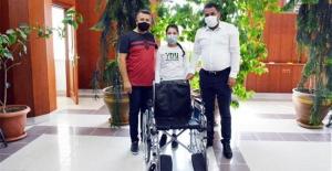 Mavi kapak toplayarak aldıkları tekerlekli sandalyeyi derneğe bağışladılar