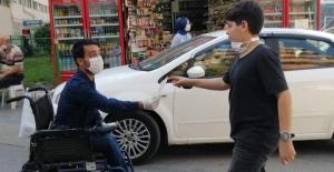 """""""Sağlık Şakaya Gelmez"""" sloganıyla maske dağıttılar"""