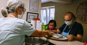 Anneleri pişiriyor, engelli çocukları...