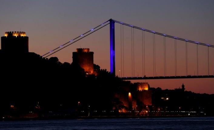 İstanbul'un köprüleri engelliler için maviye büründü